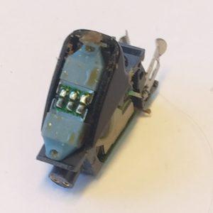 """Dieses Phonak Audéo Yes IX hatte keine Funktion mehr. Unten Links ist der Anschluss für den Ex-Hörer, die """"Flügel"""" hinten sind die Batteriekontakte."""
